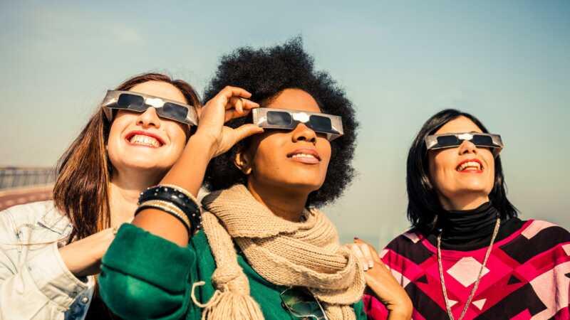 Kako gledati sunčano mrkanje bez trajnog oštećenja vaših očiju