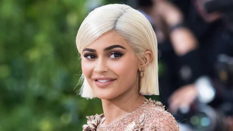 Kylie ieraksta pirmos attēlus pēc grūtniecības baumām, fani domā, ka viņa ir kima aizstājējs