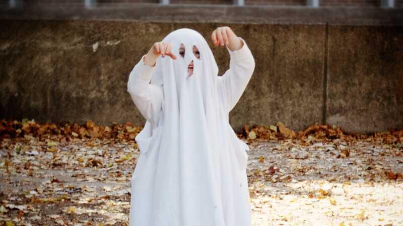 7 smešno laka kostimima Noć veštica koristeći samo posteljinu