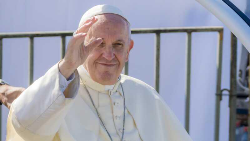 Paven giftede sig med to flyvebørn midt i flyvningen