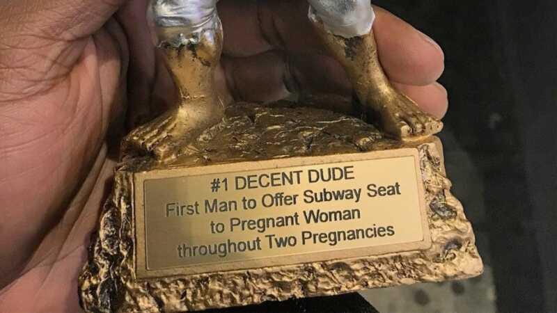 La donna incinta assegna un trofeo al primo uomo che le ha dato il suo posto in metropolitana