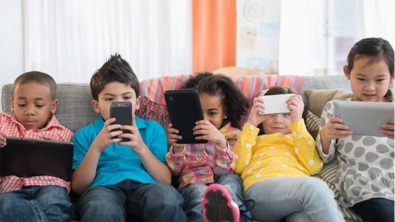 Bērni praktizē socializēties - un pavada pārāk daudz laika vienam