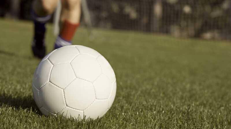 Nena de 8 anys descalificada del joc de futbol per veure com un nen