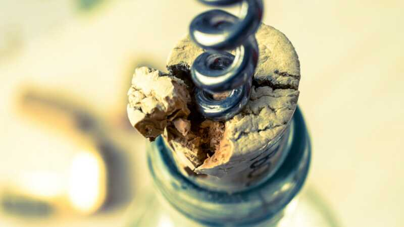 Kaip atidaryti butelį vyno - net jei neturite kamščiatraukio