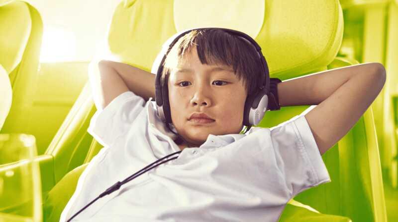 6 надежных способов удержать детей на длинных рейсах