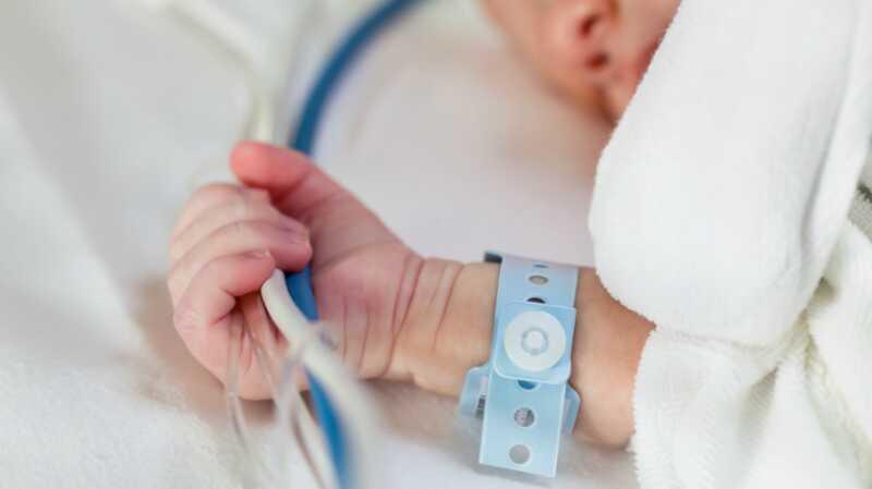 Šta je sindrom abstinencije neonatalnih slučajeva i kako možemo pomoći inficiranim bebama?