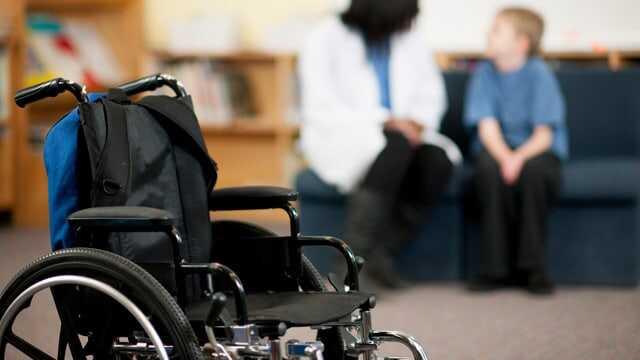 Privati mokykla tariamai diskriminuoja fiziškai neįgalų vaiką