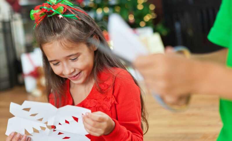 3 madaling snowflake crafts na magpapanatili sa mga bata abala kapag sila ay natigil sa loob