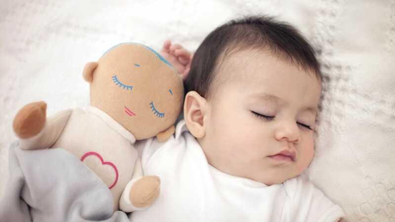 Roditelji su u ludoj crti na lutku koja lutira bebe kako bi spavala