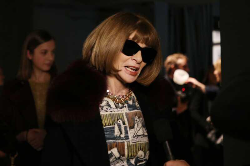 Анна wintour передает солнцезащитные очки, мир радуется
