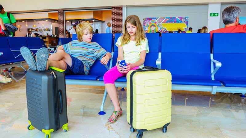 United Airlines rechaza a las chicas por vestimenta inapropiada, también conocida como polainas