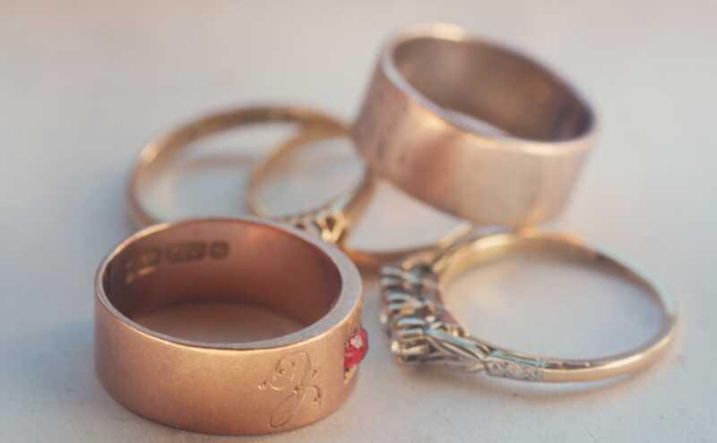 Desni prstenovi su vruća dodatna oprema. Jedne žene kupuju sebe