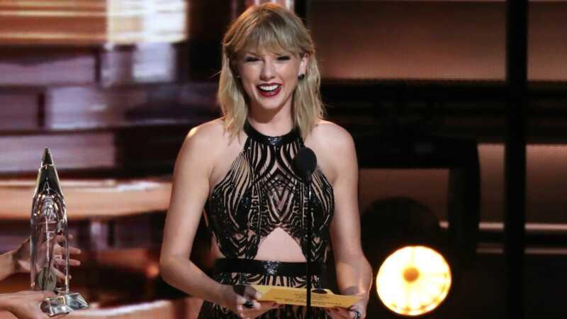 Jaunu vīrusu sazvērestības teorija ir saistīta ar Taylor Swift un šo super-milzīgs čemodāns
