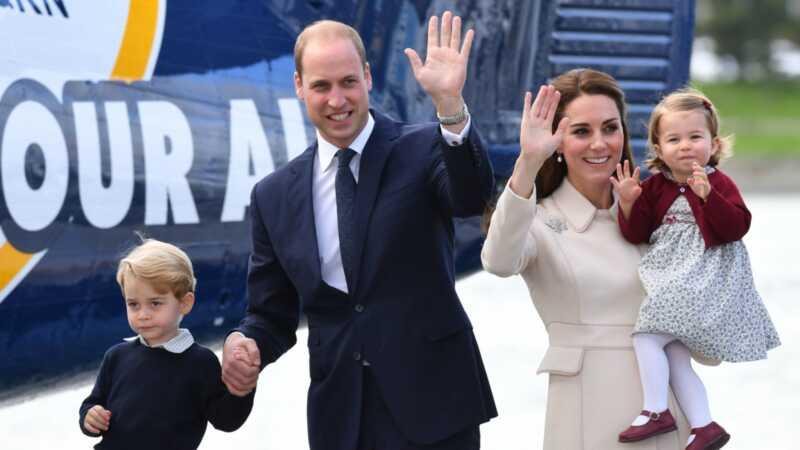 Princas Viljamas skrenda karališkuoju valdymu, plaukdamas su savo šeima
