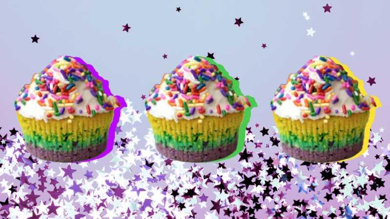 Šventinis Mardi Gras cupcakes su violetiniu, auksiniu ir žaliuoju keptuvėmis