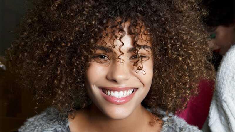 Nejlepší techniky pro definování kroucení pro přirozené vlasy podle YouTube