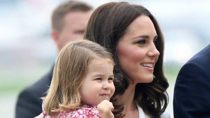 Princis Džordžs un princese Čarlots zagt izrādi karaliskajā braucienā uz Poliju