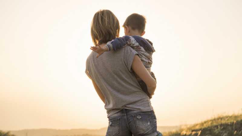 Mors gummibåndsmetode af positiv forældre inspirerer tusinder