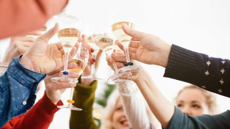 Οι έφηβοι που παίρνουν το μπουκάλι στο σπίτι είναι λιγότερο πιθανό να φτιάξουν ποτό