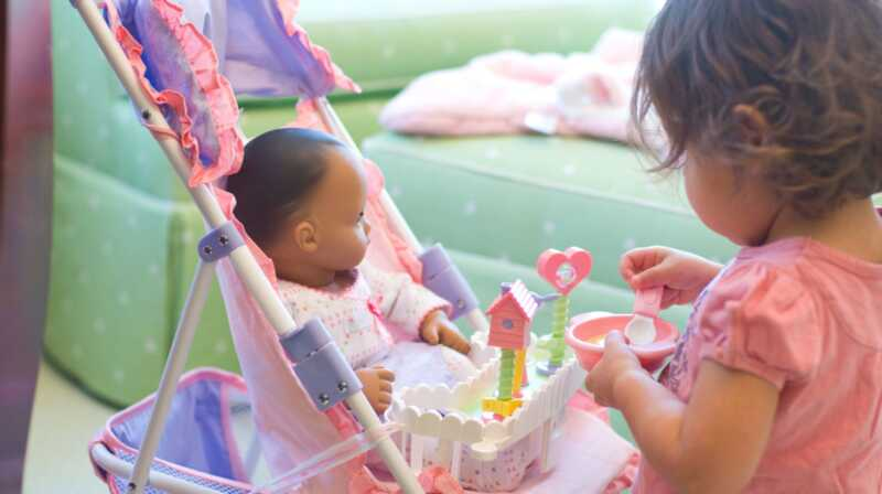 Jeg bruger babydukker til at undervise min datter om racial bias