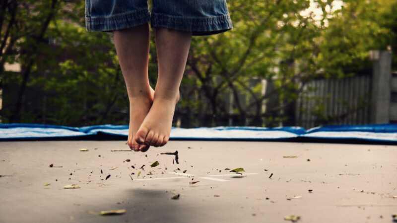 Mama povređenog mališana upozorava roditelje na trampolinsku opasnost