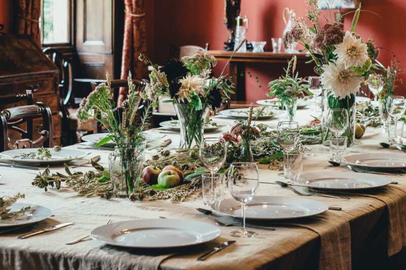 9 sätt att dekorera ditt semesterbord som inte involverar tranbär eller julklappar