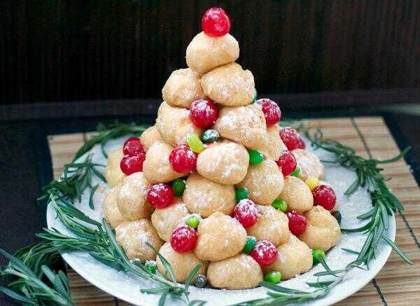 Svečano krem puff božićno drvo