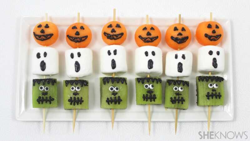 Balanse ang Halloween Candy Overload na may mga nakakatakot (& kaibig-ibig) mga kebab ng prutas