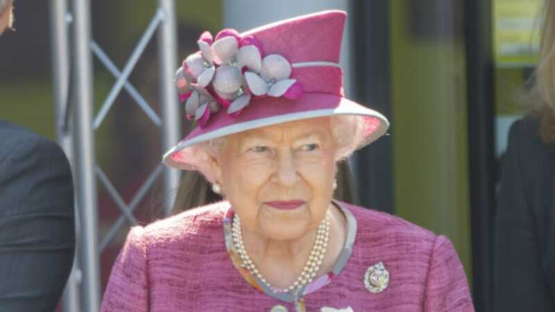 Si Queen Elizabeth II ay sumang-ayon sa isang equerry, at ito ay isang milyahe hire